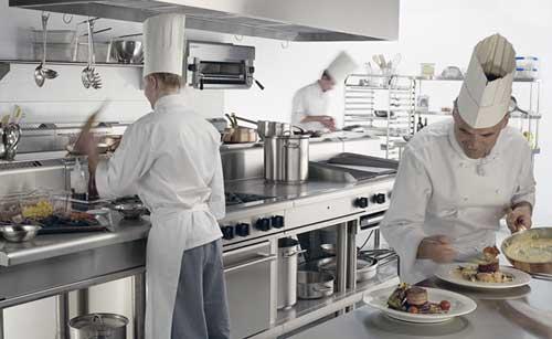 Những dụng cụ cần thiết trang bị trong bếp nhà hàng